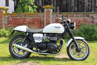 Triumph Bonneville 900 ACE-Cafe
